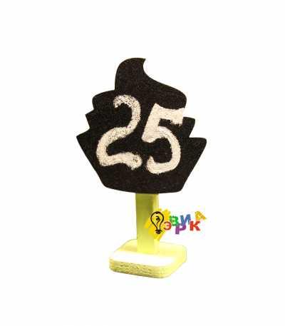 Фото: Грифельный ценник на желтой подставке кекс